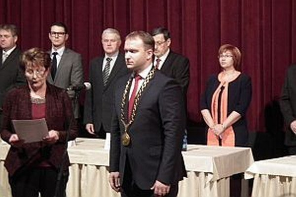 Peter Marušinec si skladanie sľubu po štyroch rokoch zopakoval. Novodubničania si ho opäť zvolili za primátora.