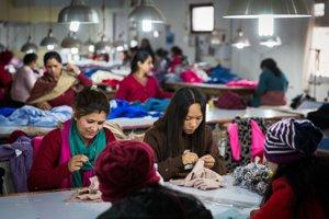 Kašmírová továreň zamestnancom ponúka až štyrikrát vyššiu odmenu, ako je priemerná nepálska mzda. Deťom preplácajú aj náklady na štúdium, keďže v krajine nie je školská dochádzka povinná.