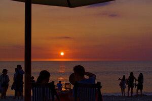 Západ slnka na pláži Jimbaran.