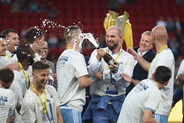 Ivan Kmotrík ml. počas osláv triumfu Slovana v Slovnaft Cupe.