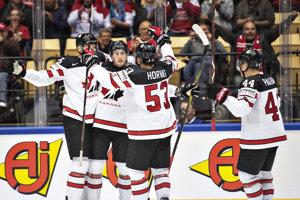 Kanadskí hokejisti sa radujú po jednom z gólov.