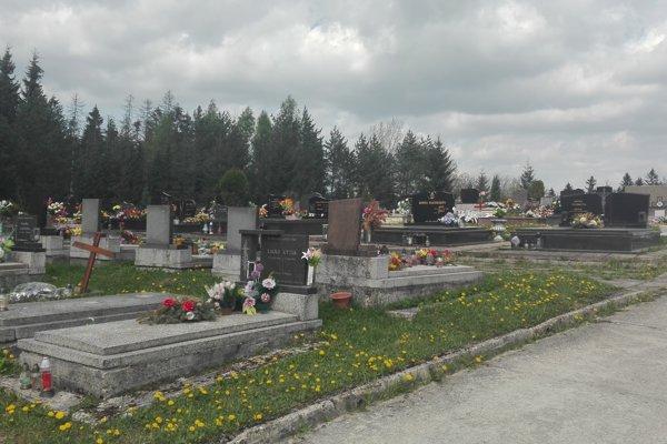 Na cintoríne U Krkošky je približne tisíc hrobových miest. Pozostalí sa sťažujú, že chýba oplotenie. Zver vraj žerie vence a kvety, dokonca si robí na hroboch ležovisko.