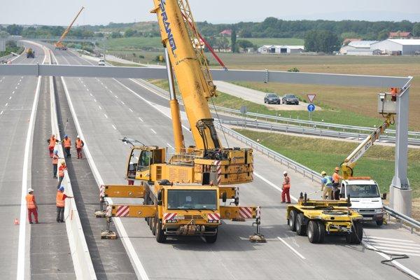 Osádzanie portálov trvalého dopravného značenia na diaľnici D1.
