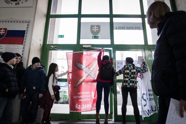 Štrajkový výbor učiteľov vyvesil svoju vlajku vSpojenej škole Novohradská 3 vBratislave.