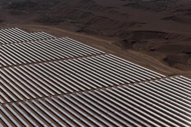 Solárna elektráreň na okraji púšte.