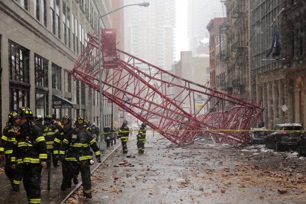 Budovy v blízkosti miesta nehody evakuovali, ľudí, ktorí prichádzali do práce, polícia nepúšťala na pracoviská.