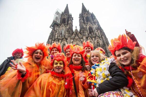 Účastníčky pózujú pred katedrálou počas začiatku pouličného karnevalu v Kolíne nad Rýnom.