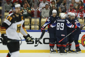 Americkí hokejisti vedú nad Nemeckom.