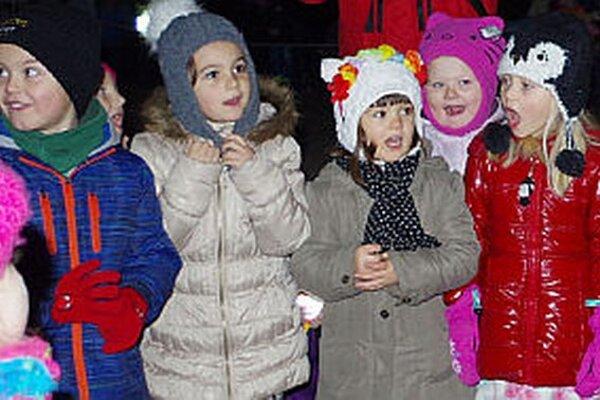 Na prvý pokus sa stromček nerozsvietil, deti museli zaspievať silnejšie.