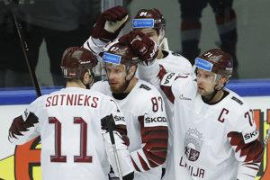 Hráči Lotyšska sa tešia z gólu do siete súpera z Južnej Kórei.