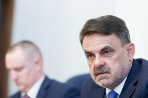 Námestník generálneho prokurátora Peter Šufliarsky (vľavo) a generálny prokurátor Jaromír Čižnár (vpravo) informujú o zlyhaniach prokurátorov v súvislosti s vyšetrovaním prípadov, na ktoré upozornil zavraždený novinár Ján Kuciak.