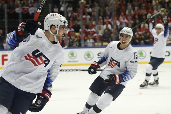 Hokejisti USA sa tešia po góle do siete Dánska.