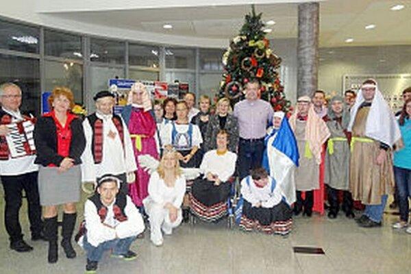 S klientmi a zamestnancami DSS Čistá duša pri stavaní vianočného stromčeka na úrade.