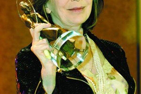 Juliette Gréco pri preberaní ceny Diva v januári 2004.