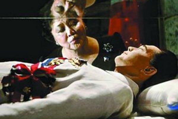 Telo Marcosa leží v mauzóleu na Filipínach. Na snímke s manželkou Imeldou.
