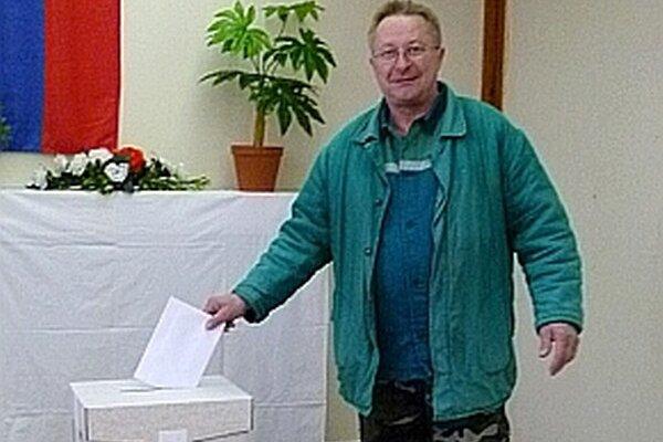 Ľudia postupne prichádzajú k volebným urnám aj v Ladcoch.