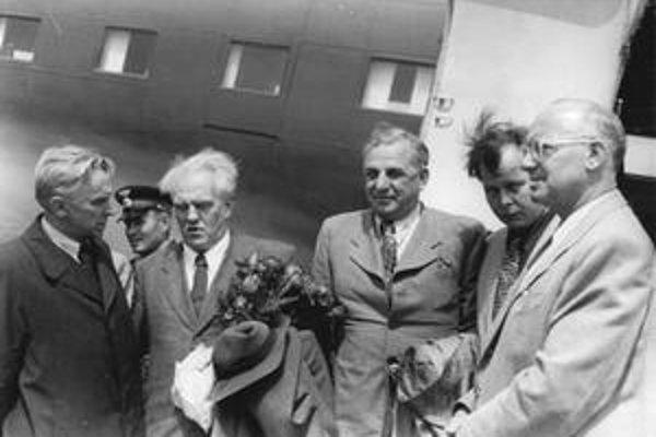 Tvardovskij (druhý sprava) so sovietskymi spisovateľmi Fedinom, Pavlenkom, Tichonovoma nemeckým autorom Johannesom Becherom na návšteve v Berlíne.