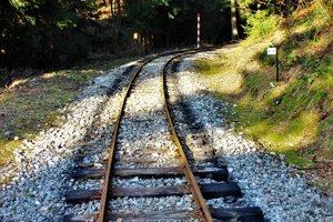 Koľajnice historickej železnice v skanzene Vychylovka.