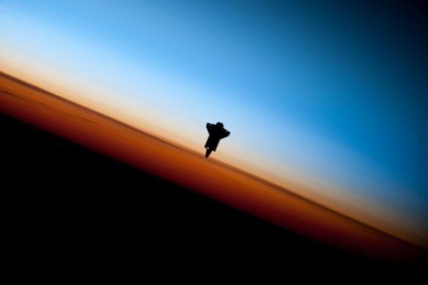 Astronautovi na Medzinárodnej vesmírnej stanici sa 9. februára 2010 podaril tento unikátny záber raketoplánu Endeavour.