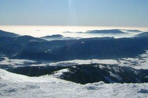 Celkový pohľad na juh - Muránska planina, Revúcka vrchovina a za ňou Maďarsko.
