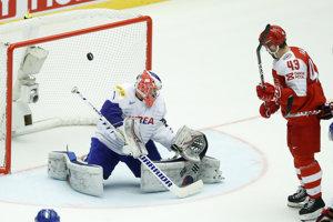 Dánski hokejisti strieľajú jeden z gólov.