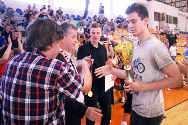 Víťazný pohár prebral kapitán Serede Máté Balogh.