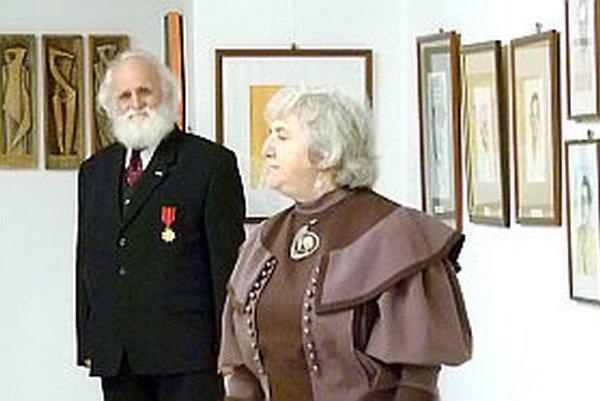 Štefan Pelikán v pozadí, recituje Anna Dubovcová.