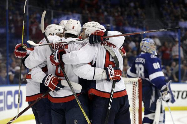 Hokejisti Washingtonu sa radujú po jednom z gólov.