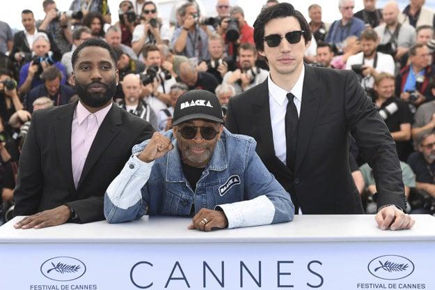Spike Lee (v strede) a jeho herci John Davis Washington (vľavo) a Adam Driver v Cannes.