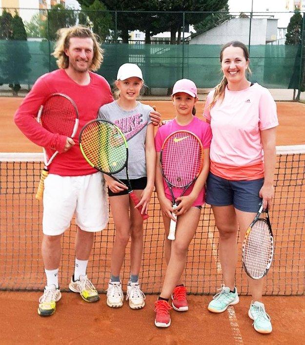Trénerka Andrea Hradecká (na snímke vpravo) vedie svoju dcéru Luciu, ako aj Nelly Vighovú.