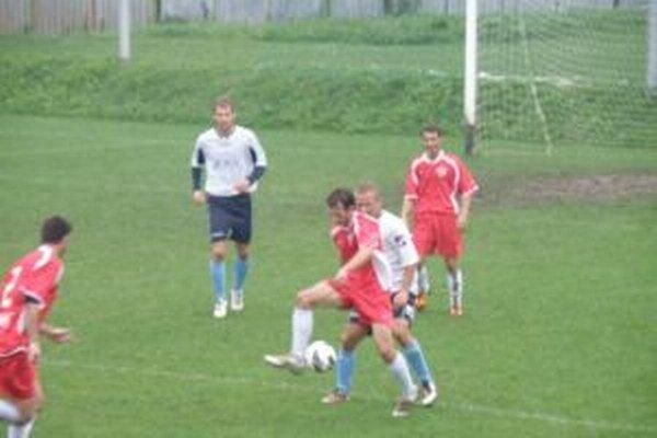 Prečín (v červenom) vedie piatu ligu.