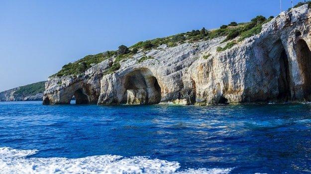 Skalné útvary na pobreží Zakynthosu.