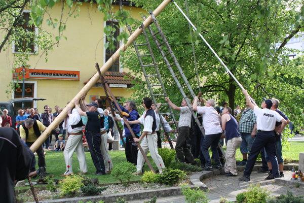 Do stavania mája sa zapojilo množstvo ľudí.