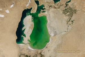 Aralské jazero v roku 2000 a jeho obrysy z roku 1960.