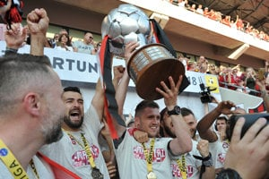 Hráči majstrovského družstva s medailami a pohárom počas osláv fanúšikov a futbalistov FC Spartak Trnava.