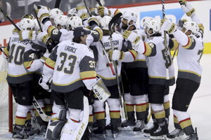 Hráči Vegas oslavujú postup do finále.