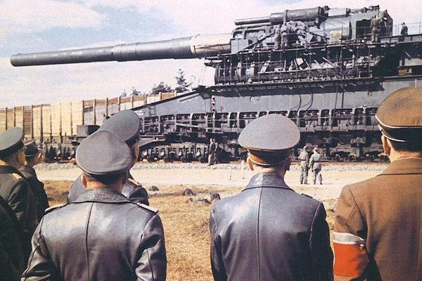Adolf Hitler počas kontroly železničného dela Schwerer Gustav v januári 1941.