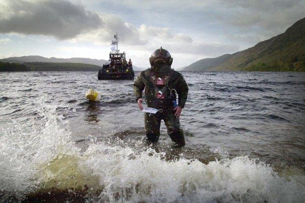 Odhaliť existenciu Nessie sa pokúsil v roku 2003 Lloyd Scott, ktorý prešiel po celej dĺžke dna jazera.