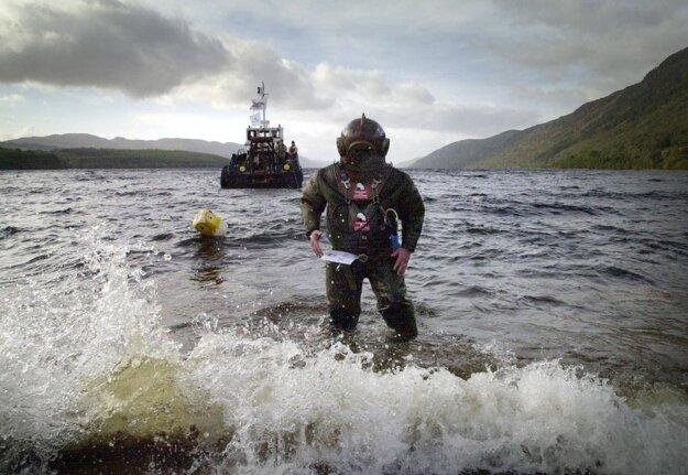 Odhaliť existenciu Nessie sa pokúsil v roku 2003 Lloyd Scott, ktorý prešiel dno jazera po celej dĺžke.