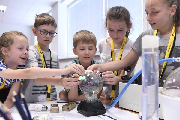 Na snímke akcia pre školákov na Ústave materiálového výskumu SAV pod názvom Zábavná prvouka.