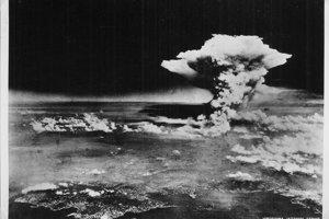Oblak po výbuchu zbrane Little Boy nad Hirošimou 6. augusta 1945.