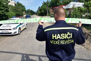 Na snímke dobrovoľný hasič z obce Velké Revištia zdvíha policajný zátaras.