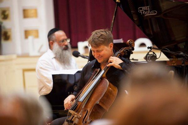 Bratislavský rabín Baruch Myers a violončelista Jozef Lupták.