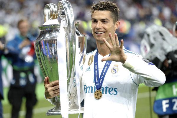 Cristiano Ronaldo s trofejou pre víťaza Ligy majstrov.