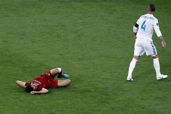 Sergio Ramos a Mohamed Salah po kolízii.