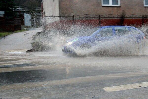 Silný dážď komplikuje dopravu na cestách v okolí Zvolena. Snímka je z úseku za Neresnicou.