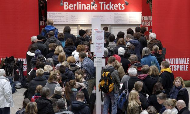 Pred pokladňami stoja už od pondelka davy ľudí, čakajúcich na lístky.
