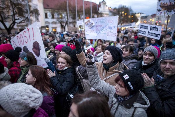 Demonštrácia na podporu učiteľov na bratislavskom Námestí SNP.