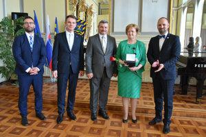 Ocenení zdravotnícki pracovníci spolu so županom a podpredsedom TTSK.