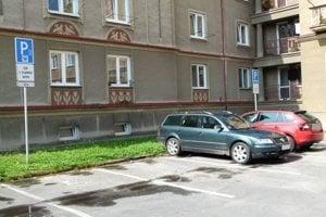 Ak chcú mať ľudia svoje auto priamo pred domom, musia si kúpiť rezidentskú kartu.